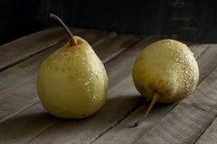 Träbakgrund för gult vått päron arkivfoton