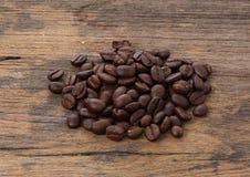 Träbakgrund för kaffeböna royaltyfri fotografi