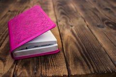 Träbakgrund för rosa bibel Arkivbilder