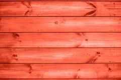 Träbakgrund för vägg för plankakorallfärg utomhus arkivbilder