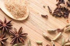 Träbakgrund med aromatiska kryddor Arkivbilder