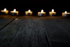 Träbakgrund med bokeh med stearinljus Royaltyfria Bilder