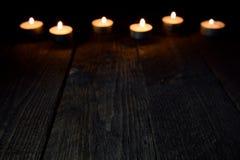 Träbakgrund med bokeh med stearinljus Fotografering för Bildbyråer
