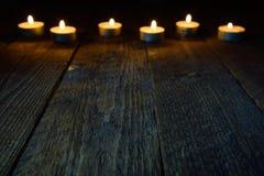 Träbakgrund med bokeh med stearinljus Arkivfoton