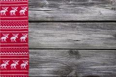 Träbakgrund med en röd ram av renen för jul december arkivfoto