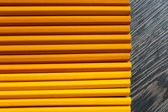 Träbakgrund med gula blyertspennor Royaltyfri Foto