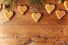 Träbakgrund med kakor Arkivfoto