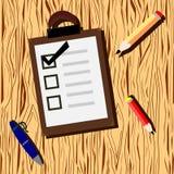 Träbakgrund med kontrollistan och blyertspennan royaltyfri illustrationer