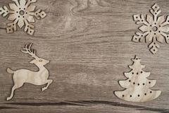 Träbakgrund med plana julleksaker Arkivbilder