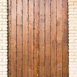 Träbakgrund med vertikala planka- och tegelstenkolonner royaltyfri fotografi