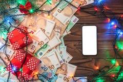 Träbakgrund, sedlar, gåvor, granfilialer, julatmosfär Top beskådar Meddelandeutrymme i telefonen xmas för kortillustrationvektor arkivfoton
