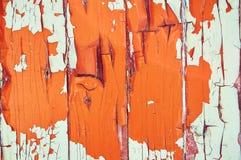 Träbakgrunden är den målad vit, apelsinen och brunt med sprickor och skrapor abstrakt bakgrund Arkivbilder