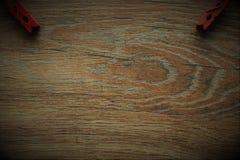 Träbakgrunden med klädnypan Royaltyfri Bild