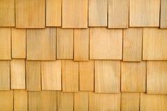träbakgrundsshinglevägg Arkivfoton