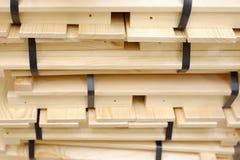 Träbaler av remsor som packas med det plast- bandet på trästrålar arkivbilder