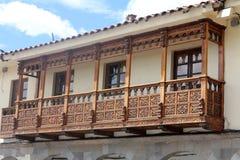 Träbalkong av ett gammalt kolonialt hus Royaltyfri Fotografi
