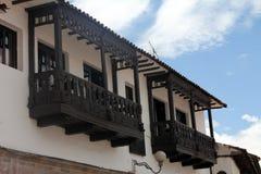 Träbalkong av ett gammalt kolonialt hus Royaltyfri Bild