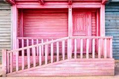 Träbalkong för gammal färg med dörren arkivfoto