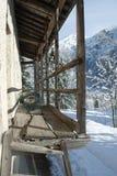 Träbalkong på berget Royaltyfria Foton