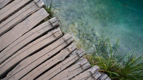 Träbana över klart vatten i den Plitvice nationalparken Royaltyfri Bild