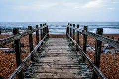 Träbana på den Worthing stranden Royaltyfri Bild
