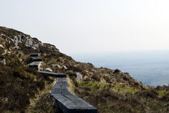 Träbana på lutningen av berget Arkivfoton