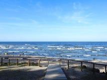 Träbana som går till havet, Litauen Arkivfoton