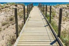Träbana till stranden i Costa Brava, Spanien Royaltyfri Bild