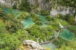 Träbanan och sjöar på Plitvice sjöar parkerar royaltyfri bild