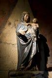 träbarnmaria medeltida staty royaltyfria foton