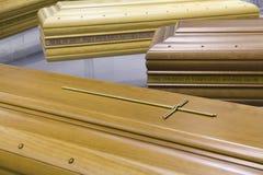 Träbegravnings- kista för avlidna personer Royaltyfri Bild