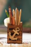 Träbehållare med blyertspennor Arkivfoto
