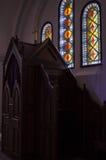 Träbiktstol i katolsk kyrka royaltyfri foto