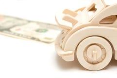 Träbil och US dollar som isoleras på vit bakgrund Begrepp f fotografering för bildbyråer