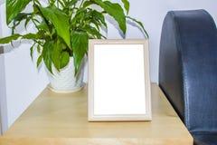 Träbildram med garneringar Förlöjliga upp för ditt foto- eller textställe ditt arbete, tryckkonst, sjaskig stil som är vit royaltyfria bilder