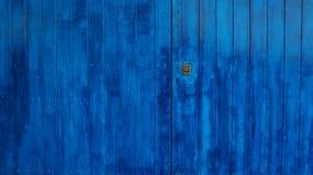 träblå dörr Arkivfoto