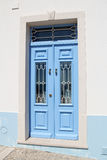 träblå dörr Arkivbild