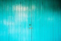 Träblå dörr som thailändsk stil Royaltyfri Bild