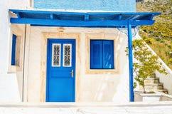 Träblåa dörrar och fönster med skugga från att taklägga typisk fo Arkivfoto