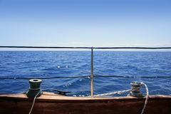träblåa winches för hav för brädehorisontsegelbåt Royaltyfria Bilder