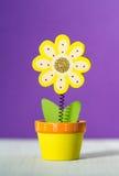 Träblommaanmärkningshållare på en purpurfärgad bakgrund Royaltyfria Bilder