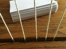 Träbokbindningsömnadram med häften Royaltyfria Bilder