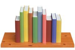 Träbokhylla med kulöra böcker Arkivfoto