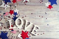 Träbokstäver läggas ut i ordförälskelsen, Juli 4, den lyckliga självständighetsdagen, patriotism, minnet av veteran, begreppet fotografering för bildbyråer
