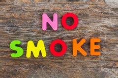 Träbokstaven kom i ordet ingen rök royaltyfri foto