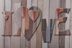 Träbokstavsförälskelse med hjärtor Arkivfoto