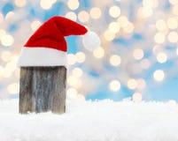 Träbräde med julhatten Arkivbilder