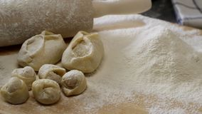 Träbräde med kavlen, mjöl, klimpar och kakor Förberedelse av deg plats Ingredienser för degen och aet arkivbilder