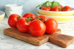 Träbräde med nya mogna tomater Royaltyfri Bild