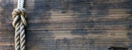Träbräde med repet Arkivbild